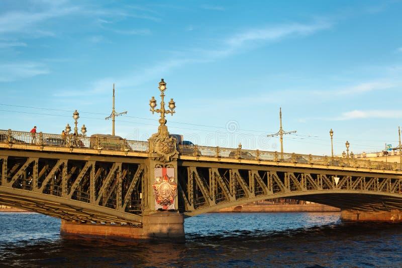 在桥梁neva河俄国三位一体间 免版税库存图片