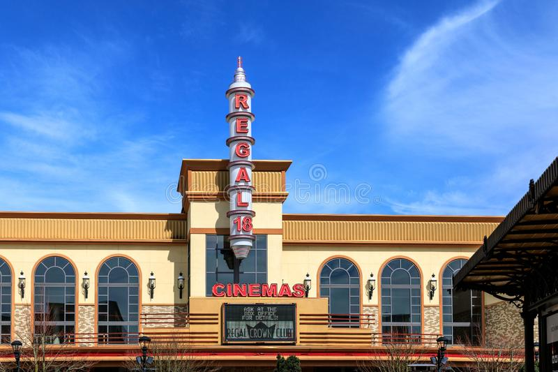 在桥港村庄,购物中心的戏院大厦在Tigard市,俄勒冈 免版税库存图片
