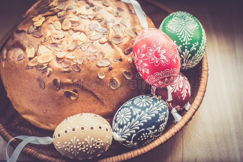 在桦树的自创和手工制造复活节彩蛋在木盘子,传统捷克,复活节彩蛋狩猎,有丝带的鞭子分支 库存图片
