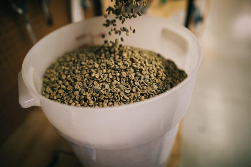 在桶的未加工的咖啡豆 库存照片