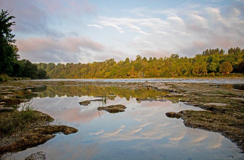 在梅特兰河的清早反射 免版税库存照片
