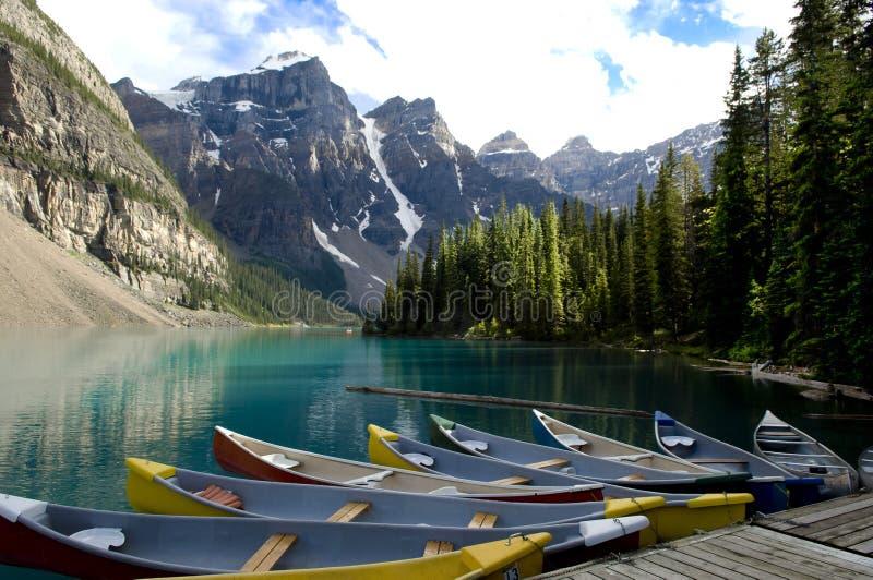 在Moraine湖,加拿大的小船 图库摄影