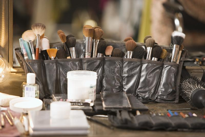 在梳妆台上的专业化妆用品刷子 库存照片