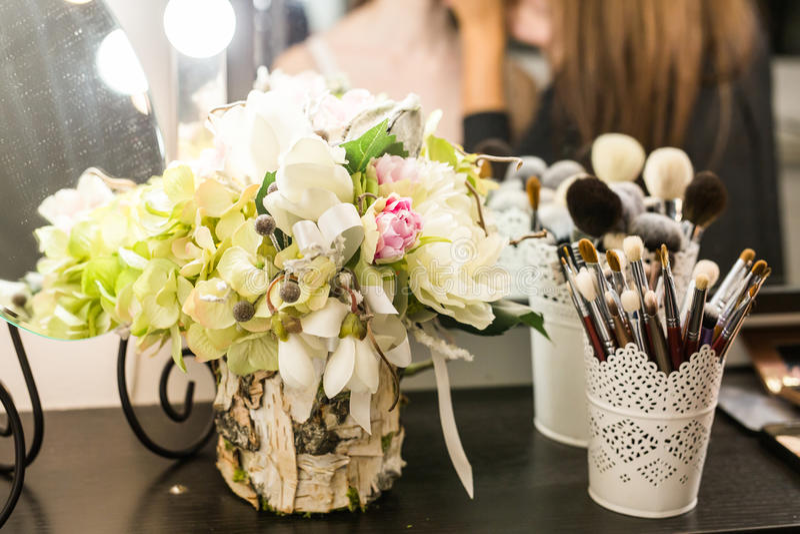 在梳妆台上设置的化妆用品 库存图片