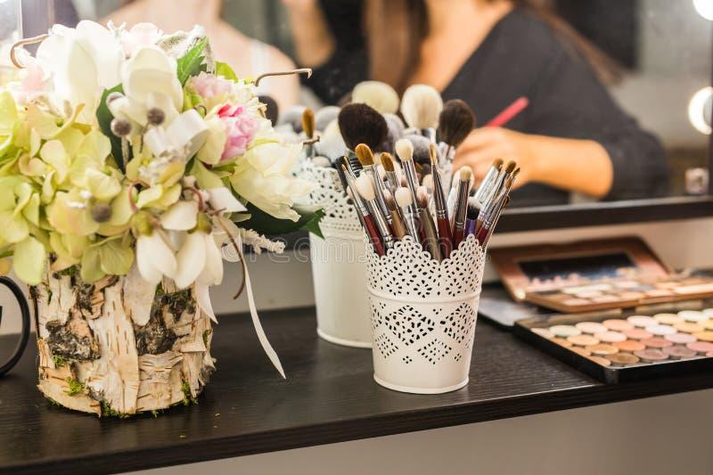 在梳妆台上设置的化妆用品 免版税库存照片