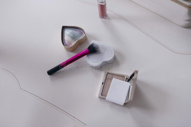 在梳妆台顶视图的妇女的化妆用品 库存照片