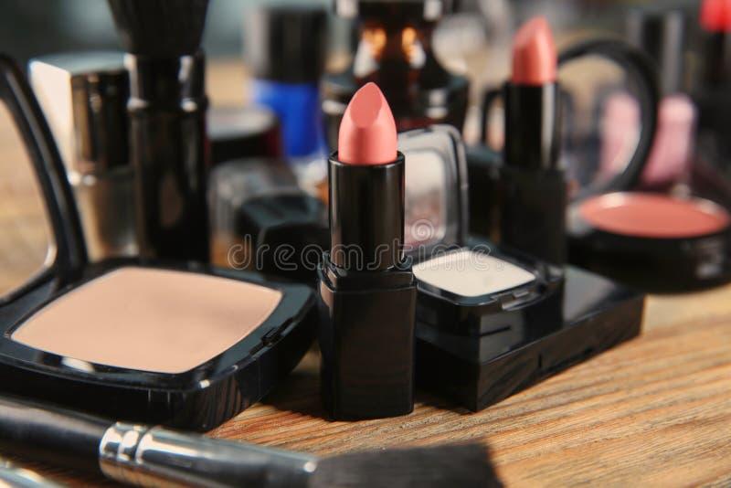在梳妆台,特写镜头上的装饰化妆用品 库存图片