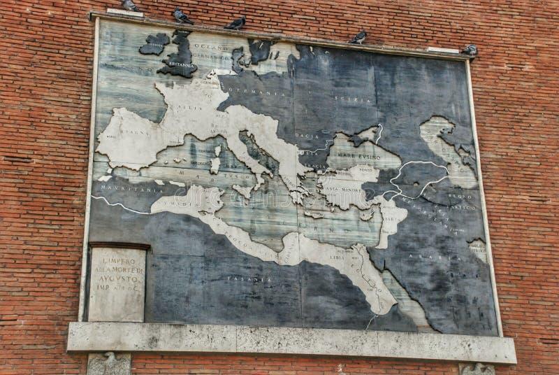 在梵蒂冈博物馆的砖墙上的古老古色古香的地图 免版税库存照片