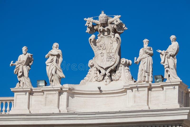 在梵蒂冈的屋顶的雕象在罗马 彼得圣徒 免版税库存照片