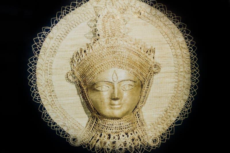 在棉布墙帷杜尔加戴维神象的手工制造赤土陶器蜡染布绘画 墙壁装饰杜尔加 印度女神的金黄面孔 库存图片
