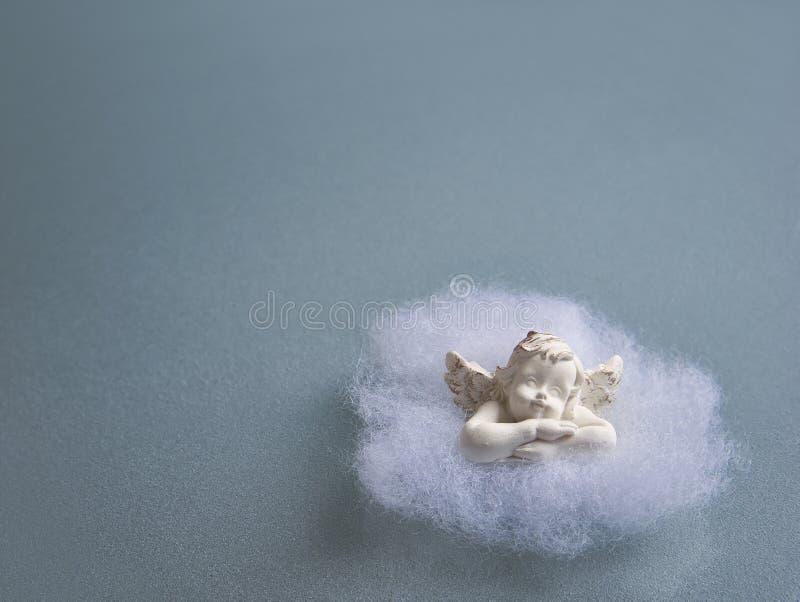 在棉绒的天使在一块毛玻璃板材 库存照片