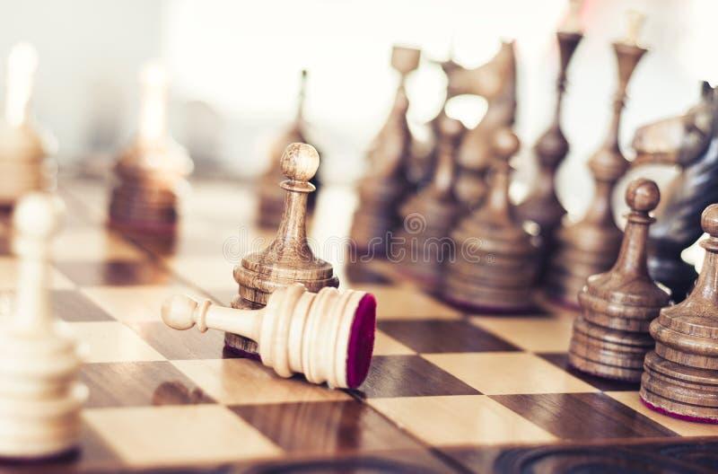 在棋枰的木棋子,在白色背景的领导概念 免版税库存照片