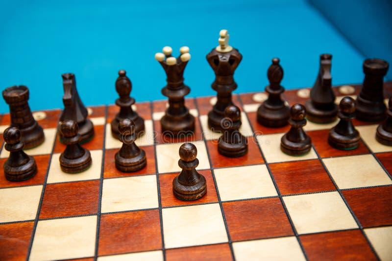 在棋枰的棋子,在比赛开始前的暗边 免版税图库摄影
