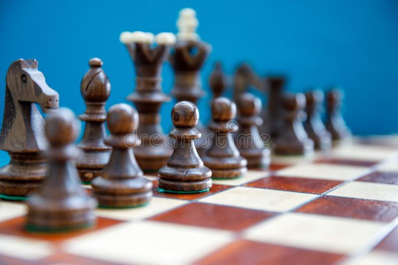 在棋枰的棋子,在比赛开始前的暗边 免版税库存图片