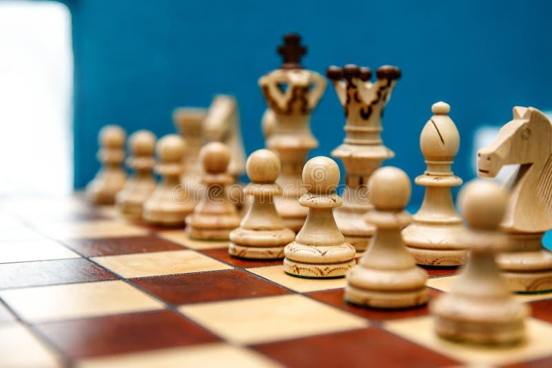 在棋枰的棋子,在比赛开始前的白色边 免版税库存图片