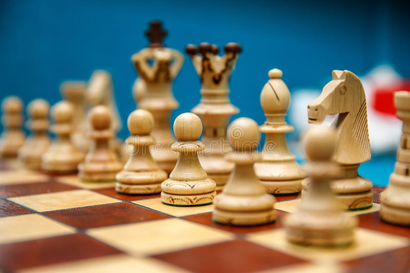 在棋枰的棋子,在比赛开始前的白色边 库存图片