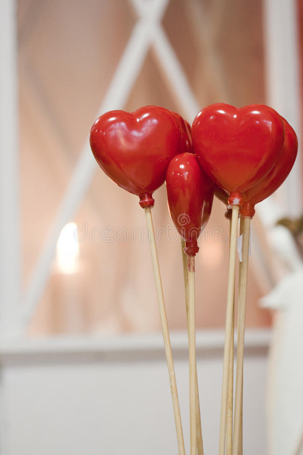 在棍子的两红色心脏 免版税图库摄影