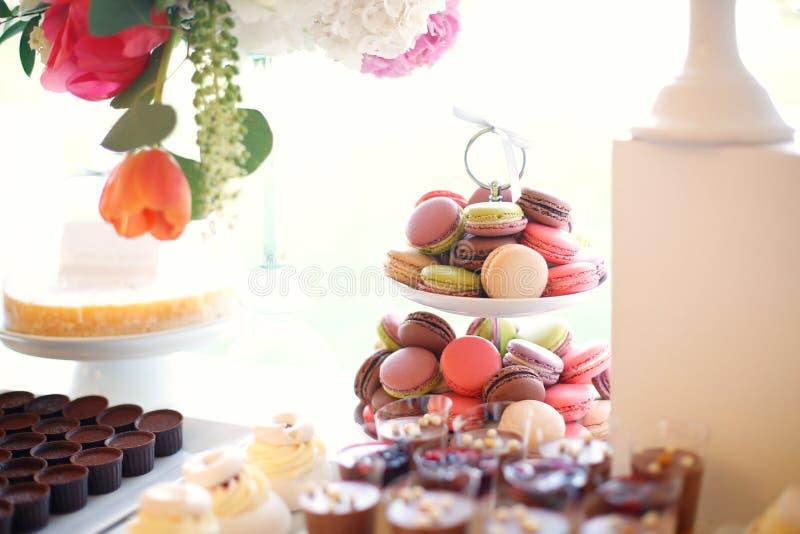 在棒棒糖的被分类的蛋白杏仁饼干 库存图片