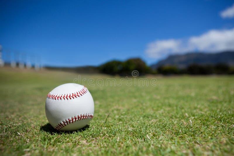 在棒球场的球反对天空 免版税图库摄影