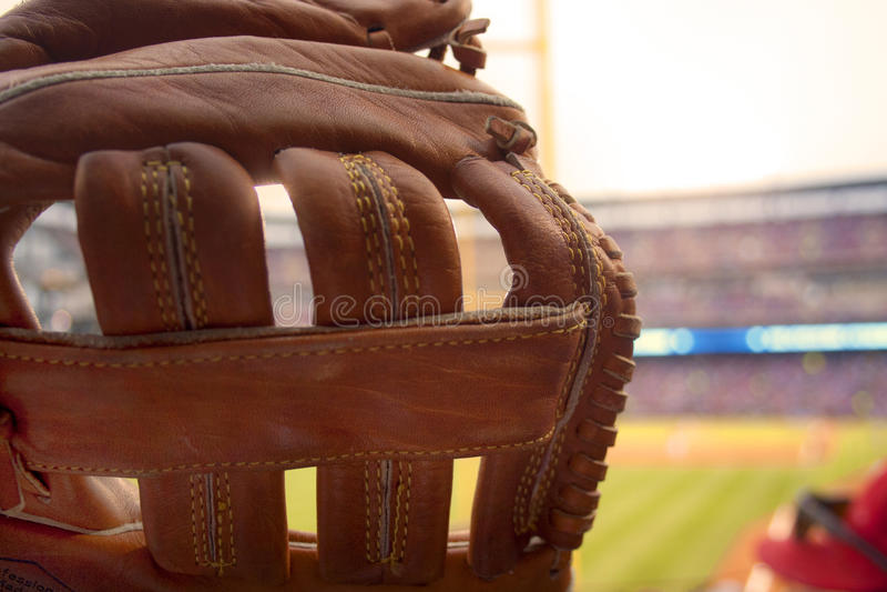 在棒球比赛的棒球手套界外球的 库存照片