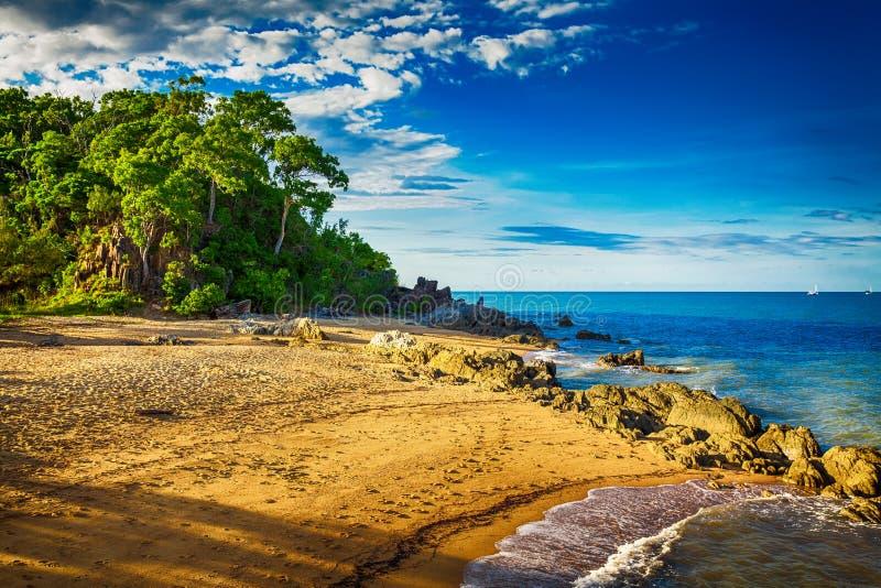 在棕榈小海湾的主要海滩与岩石和树在日落期间 免版税库存照片