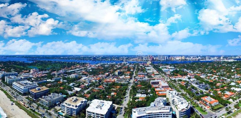 在棕榈滩海岸,佛罗里达的蓝天 鸟瞰图 免版税库存照片