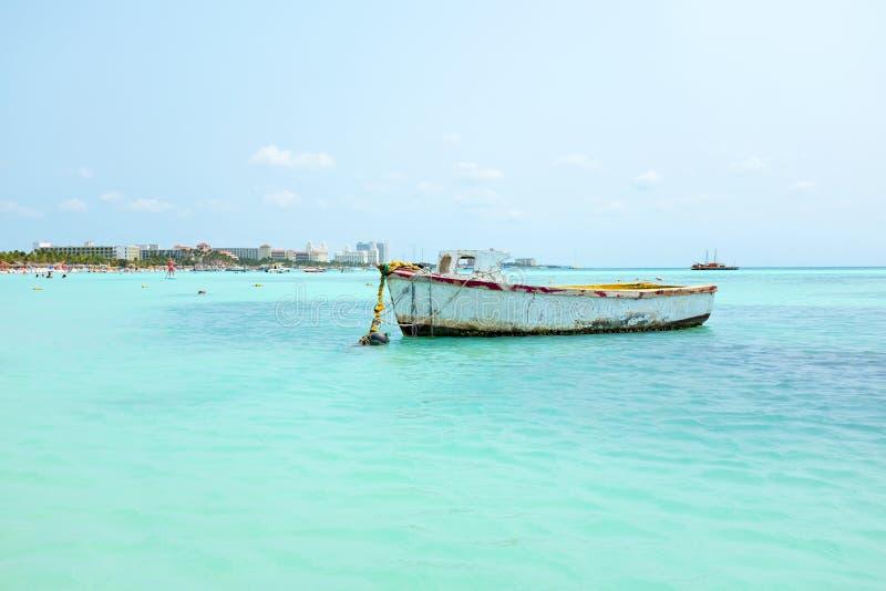 在棕榈滩的老渔夫的小船在阿鲁巴在加勒比 免版税库存照片