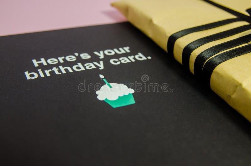 在棕色包装纸的一件礼物 免版税图库摄影