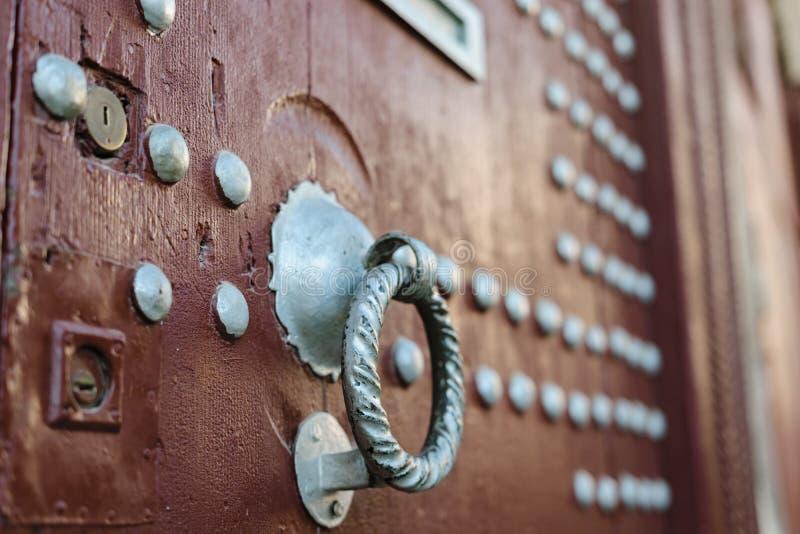在棕色木门,摩洛哥的Doorknocker 免版税图库摄影