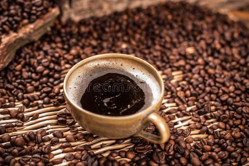 在棕色杯子的咖啡 库存照片