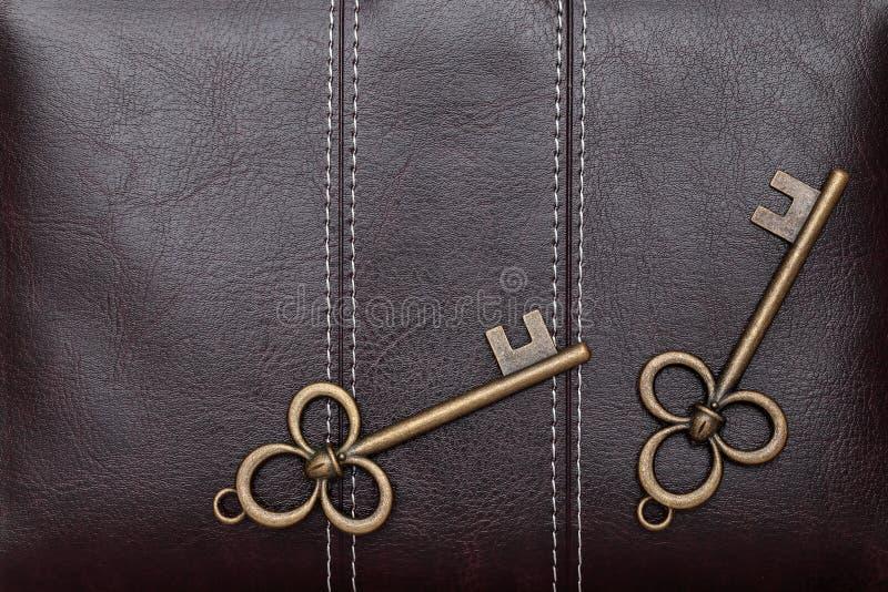 在棕色皮革的古色古香的钥匙 免版税图库摄影