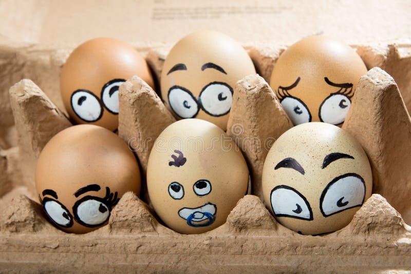 在棕色盘区的六张害怕蛋面孔 免版税库存照片