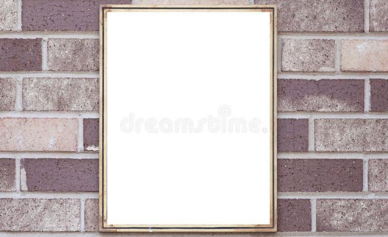 在棕色砖墙上的空白的金属标志板 库存图片