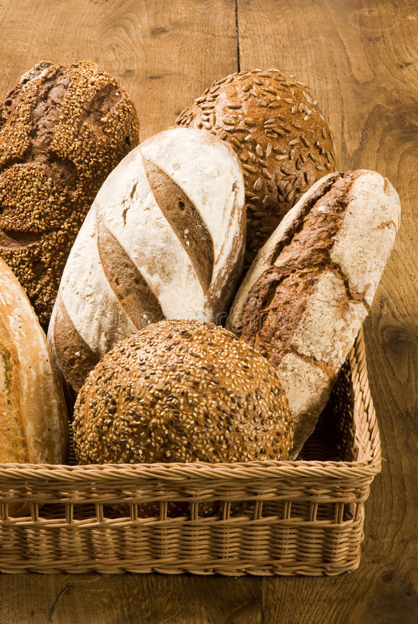 在棕色种类上添面包 免版税库存图片