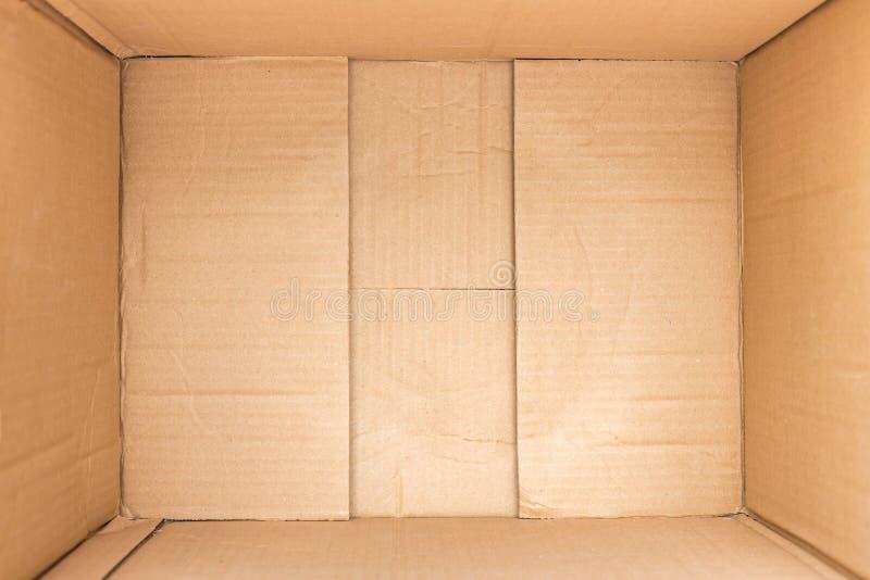 在棕色纸板箱背景和纹理里面 免版税库存图片