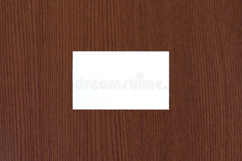 在棕色老木纹理背景的空白的白色名片摘要 免版税库存图片