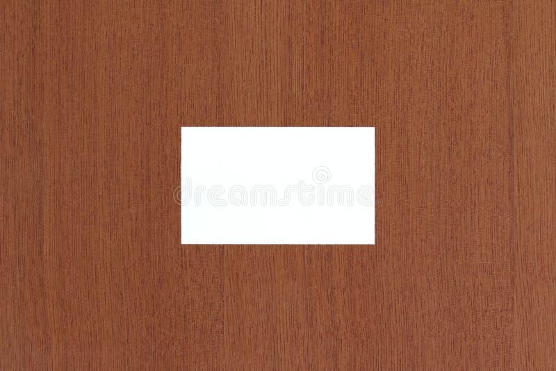 在棕色老木纹理背景的空白的白色名片摘要 库存照片