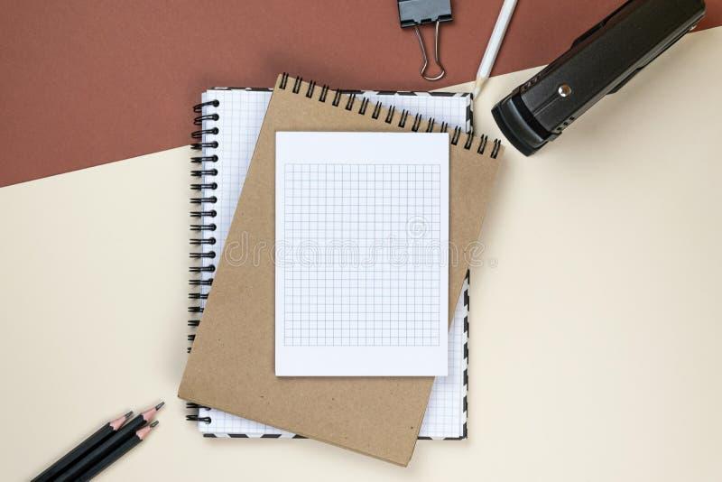 在棕色背景的空白公司文具集合 烙记的嘲笑  r 免版税库存照片