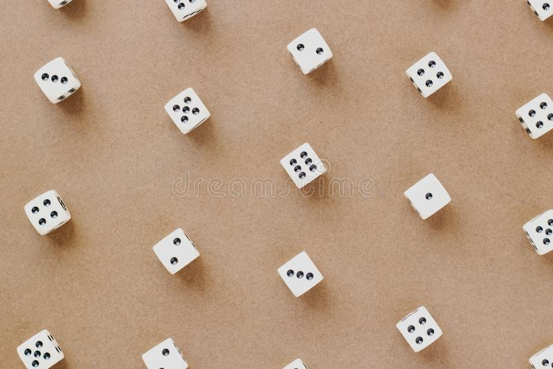 在棕色背景的赌博白色模子样式在舱内甲板放置样式 库存照片