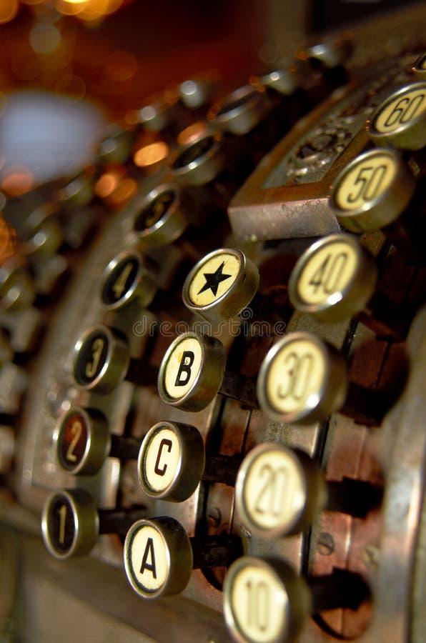 在棕色背景,特写镜头照片的古色古香的收款机 免版税库存照片