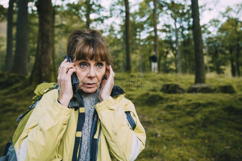 在森林丢失的资深夫妇 库存照片