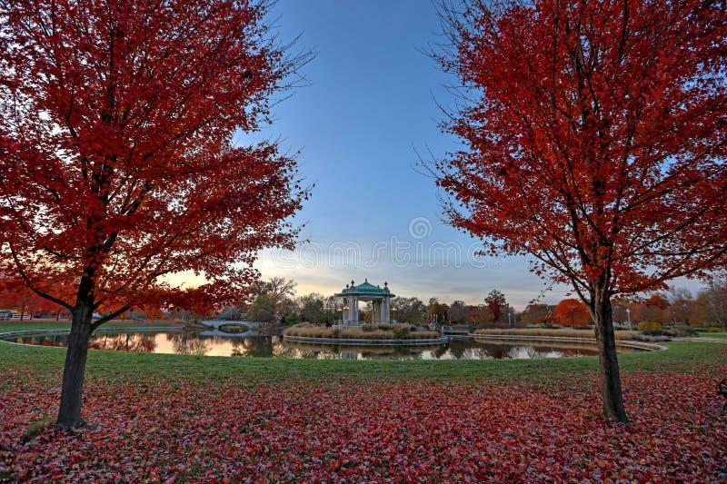 在森林公园演奏台附近的秋叶在圣路易斯,密苏里 免版税库存照片