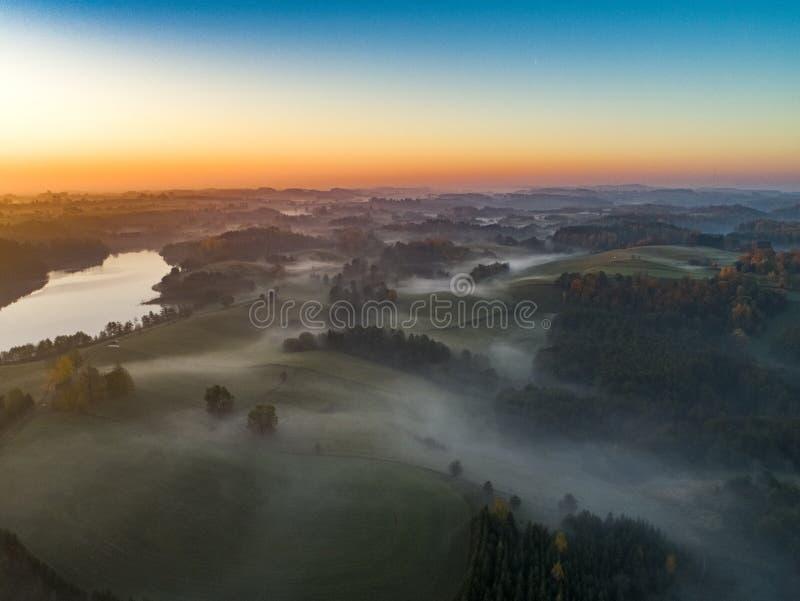 在森林和湖-寄生虫视图的日出 免版税库存图片