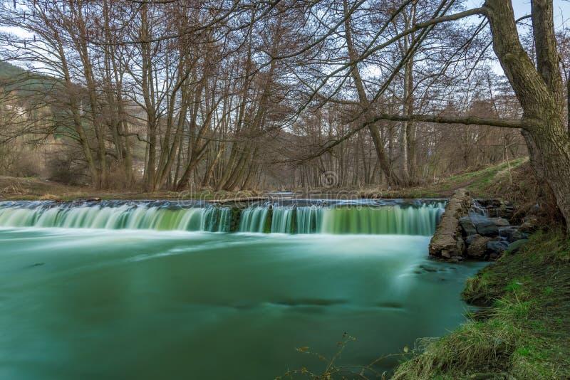 在森林浇灌漫过岩石在瀑布小瀑布 库存照片