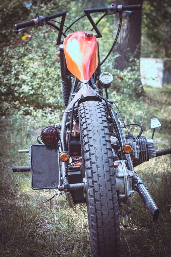 在森林的葡萄酒摩托车在晴天 库存照片