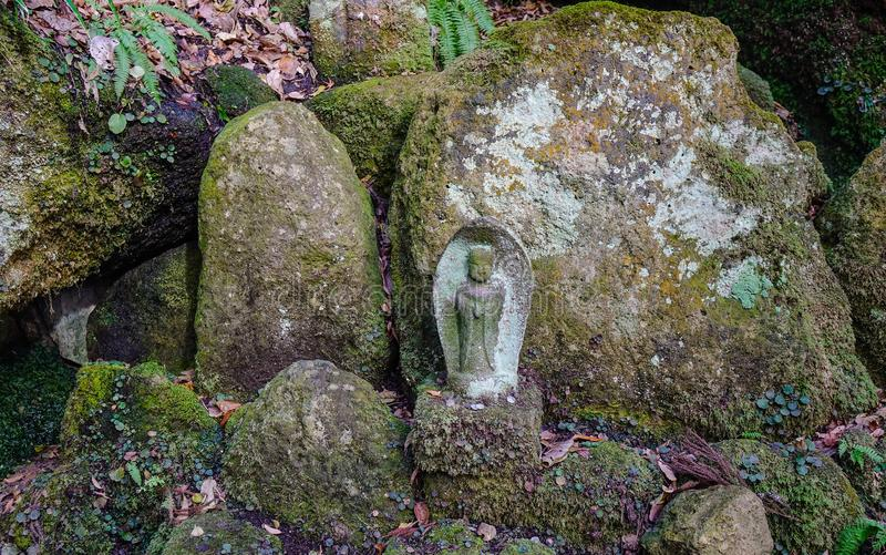 在森林的雕象在Yamadera,日本 免版税库存照片