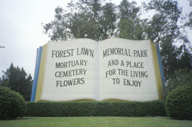 在森林草坪墓地入口的大书  免版税库存图片