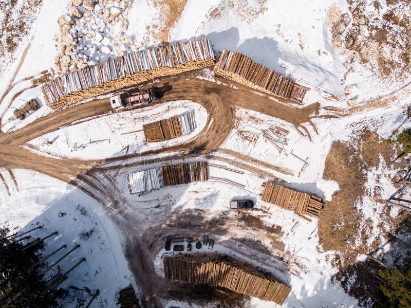 在森林装货木头的伐木工人木材在拖车拖拉机 顶视图空中照片 免版税库存图片