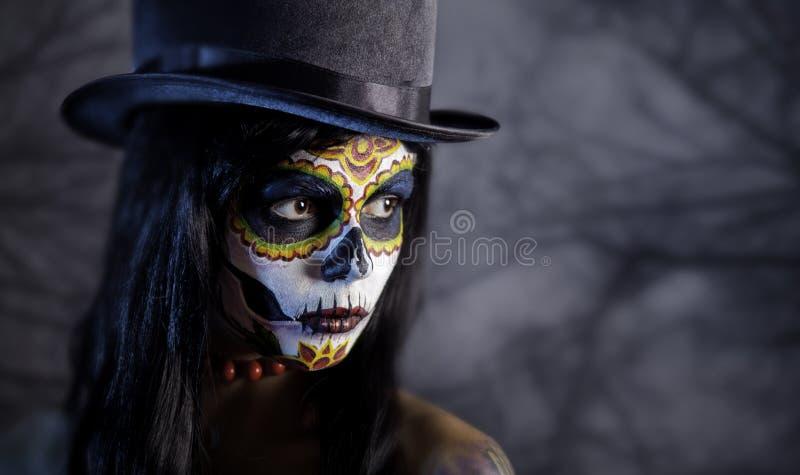 在森林里加糖tophat的头骨女孩 免版税库存图片