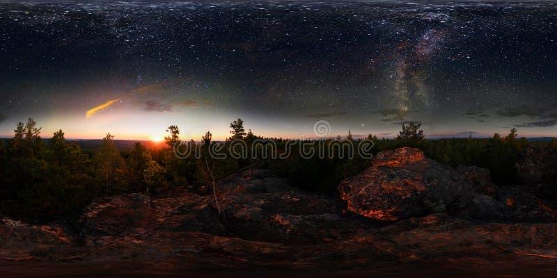 在森林里破晓在满天星斗的天空下银河 360 vr程度球状全景 库存照片